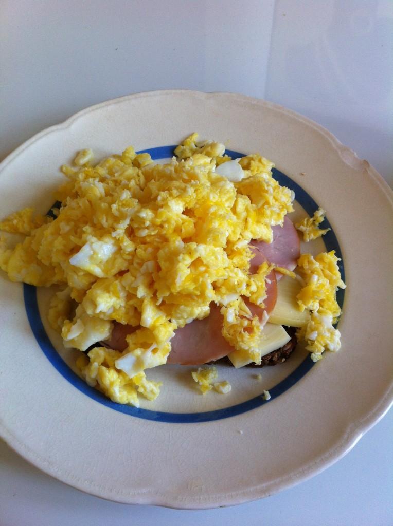 Srambled-eggs-ost-og-skinke-mad - Anne Seidelin