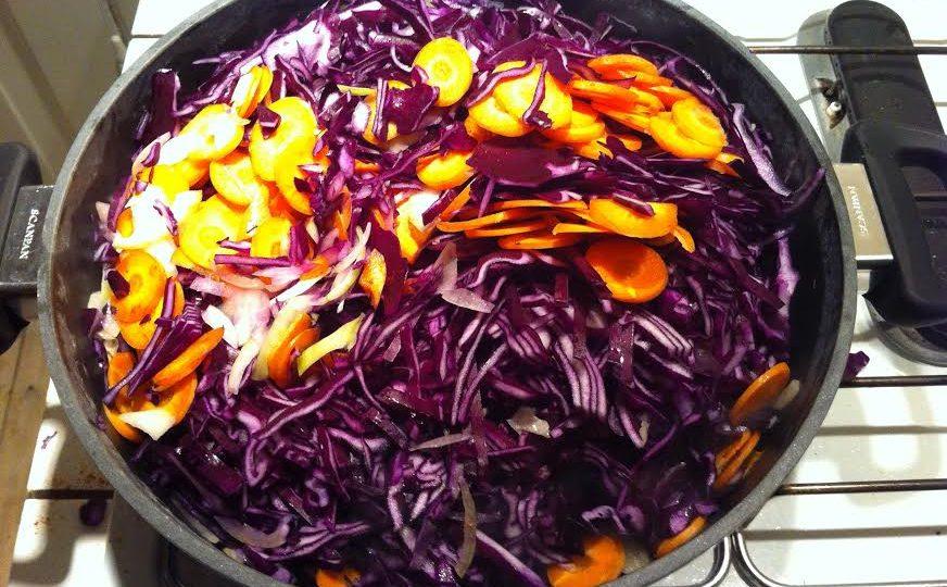 Rødkål med oksekød og gulerødder
