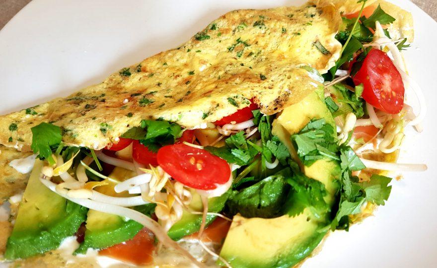 Hormonvenlig frokost – æggewrap med laks og avokado