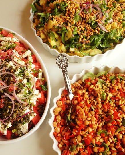 Let festmenu – 3 salater, frikadeller og kage til buffeten