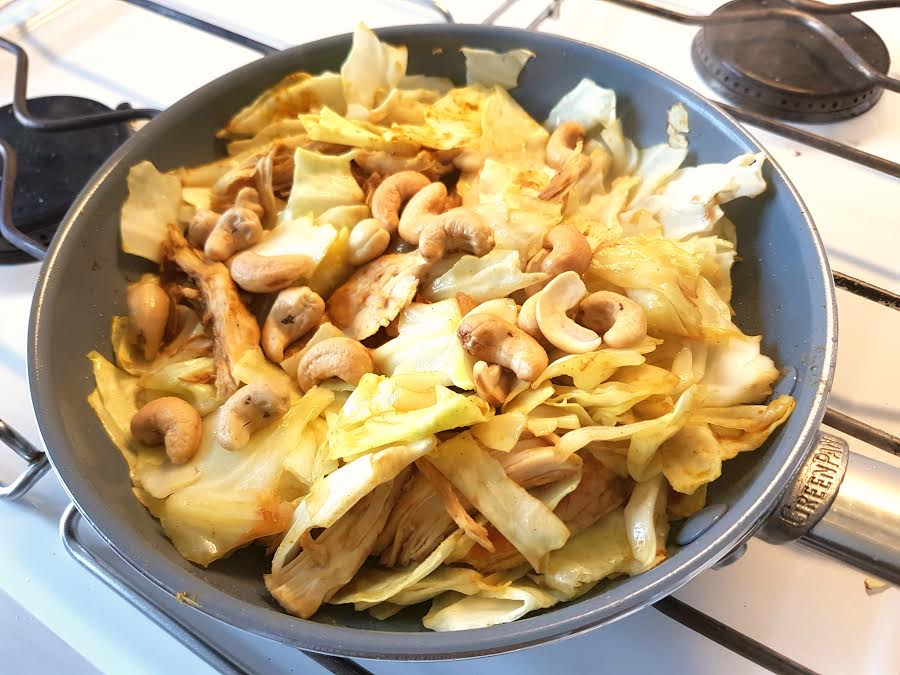 Spidskål med kylling og cashews