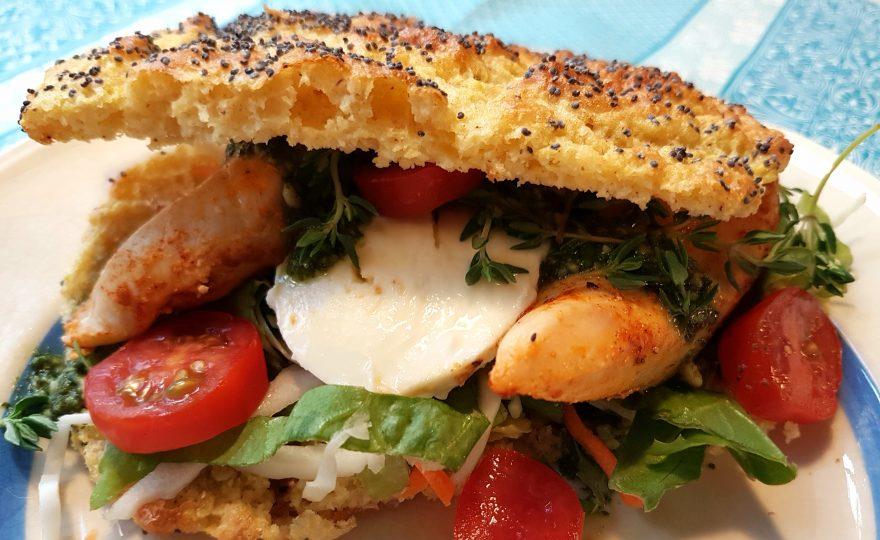 Sandwich med sund lowcarb-bolle, kylling, pesto og mozzarella