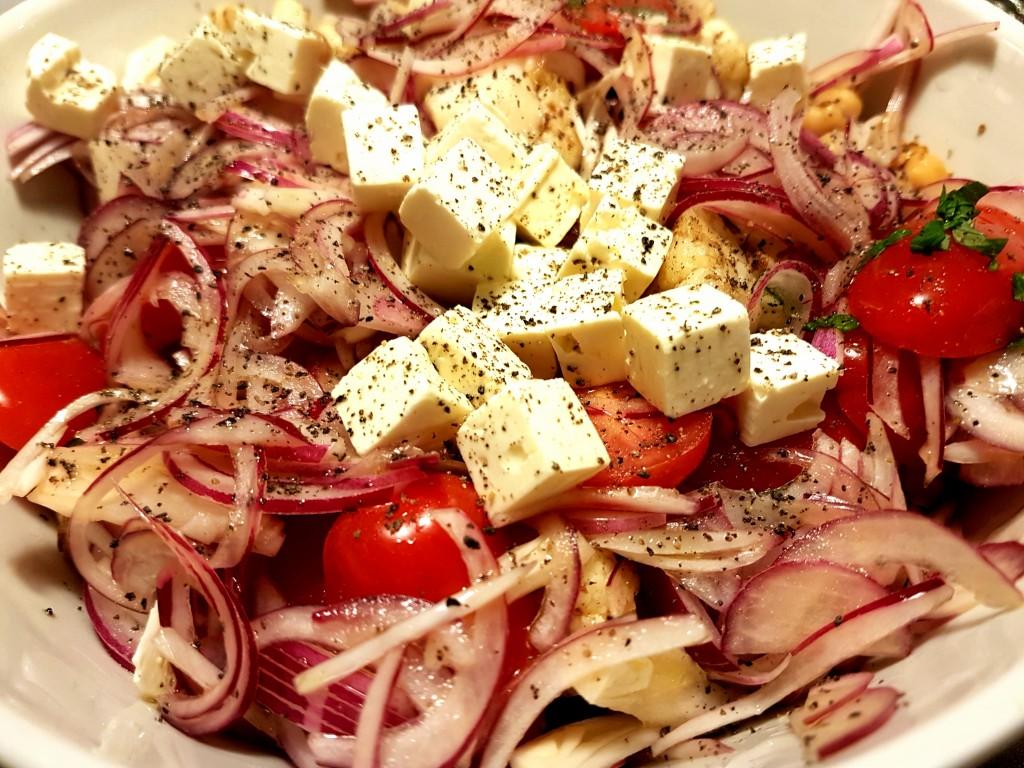 Salat med syltede rødløg, feta og kikærter
