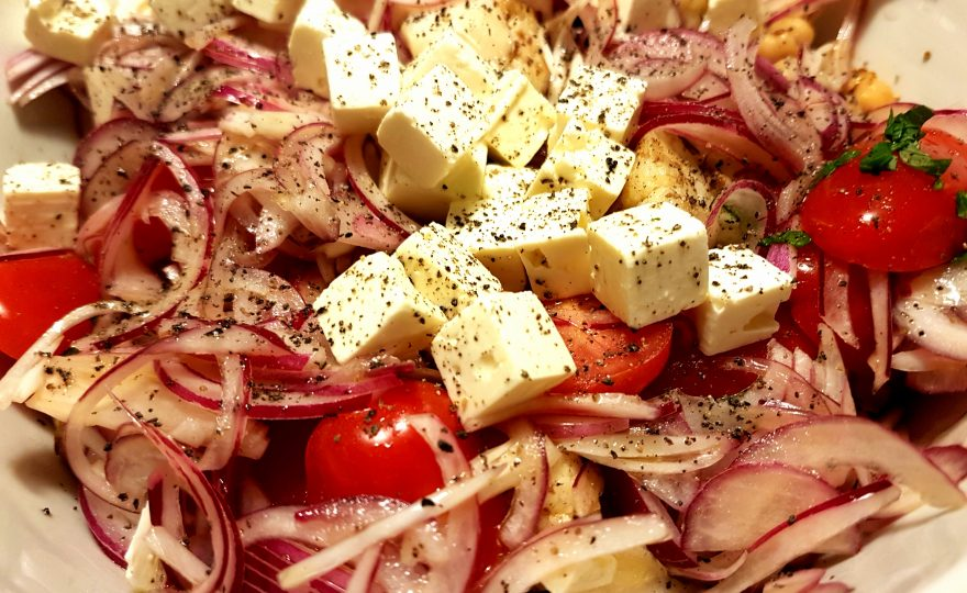 Salat med hurtigt-syltede-rødløg, kikærter og andet godt