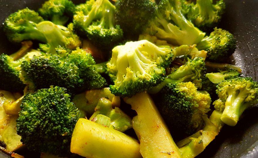 Præbiotisk broccoli ristet i smør og gurkemeje