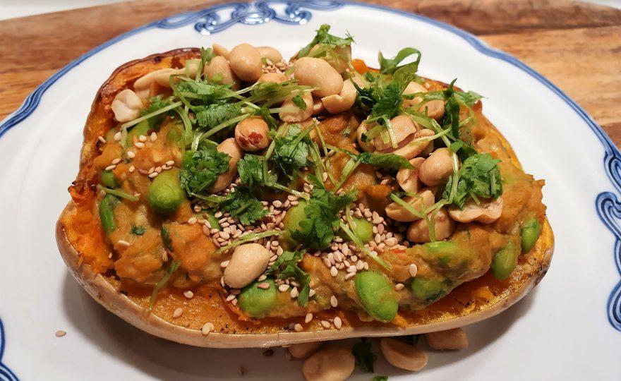 Fyldte butternutsquash – med edamame og peanutbutter
