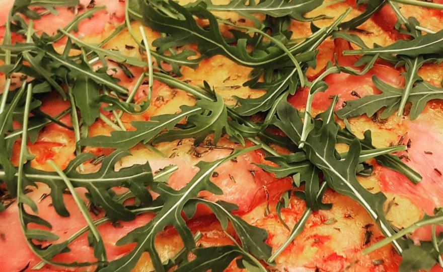 Pizza med bund af blomkål og søde kartofler