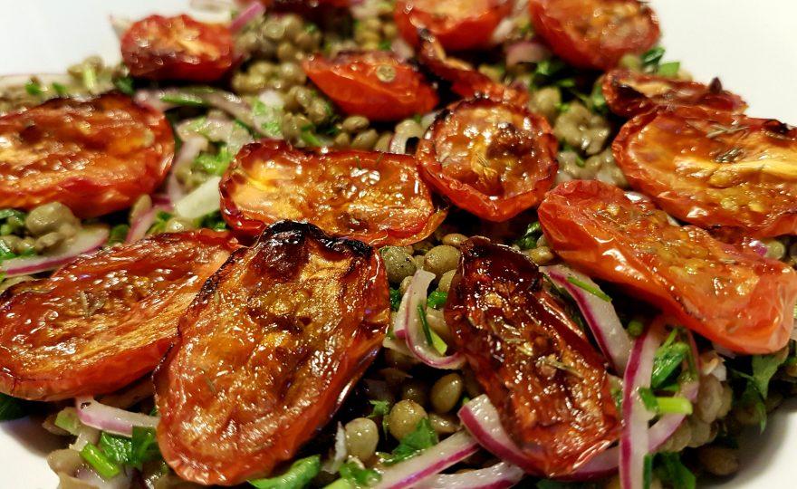 Linsesalat med semidried tomater og syltede rødløg